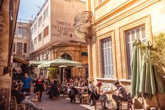 ΛΕΥΚΩΣΙΑ - 13 ΑΠΡΙΛΊΟΥ: Άνθρωποι στα εστιατόρια και παραδοσιακές καφετερίες στην οδό της Λήδρας στις 13 Απριλίου 2015 στη Λευκωσί στοκ εικόνες