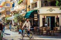 ΛΕΥΚΩΣΙΑ, ΚΎΠΡΟΣ - 3 ΔΕΚΕΜΒΡΊΟΥ: Καφετέριες κατά μήκος της οδού Onasagorou στοκ φωτογραφίες