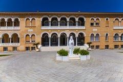 ΛΕΥΚΩΣΙΑ, ΚΎΠΡΟΣ - 30 ΜΑΐΟΥ 2014: Άποψη σχετικά με το παλάτι Αρχιεπισκόπου ` s Στοκ Εικόνες