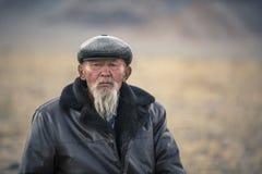 Λευκός γενειοφόρος μογγολικός ηληκιωμένος σε ένα τοπίο της δυτικής Μογγολίας στοκ φωτογραφία με δικαίωμα ελεύθερης χρήσης
