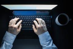 Λευκός επιχειρηματίας που εργάζεται σε ένα βαρύ πρόγραμμα σε μια προθεσμία τη νύχτα με έναν καφέ που πέφτει για ένα πληκτρολόγιο  στοκ εικόνες με δικαίωμα ελεύθερης χρήσης