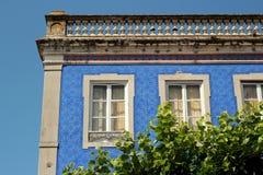 Λευκός και μπλε οίκος μωσαϊκών στην Πορτογαλία Στοκ Φωτογραφία