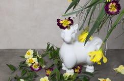 Λευκός μονόκερος με τα ζωηρόχρωμα λουλούδια άνοιξη, φύλλα στοκ φωτογραφία με δικαίωμα ελεύθερης χρήσης