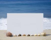 Λευκός πίνακας στην αμμώδη παραλία Στοκ εικόνα με δικαίωμα ελεύθερης χρήσης