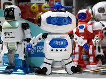 Λευκός πολεμιστής ρομπότ παιχνιδιών και άλλα ρομπότ Στοκ εικόνα με δικαίωμα ελεύθερης χρήσης