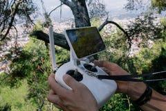 Λευκός χειριστής τηλεχειρισμού κηφήνων multicopter με το όργανο ελέγχου στοκ εικόνα με δικαίωμα ελεύθερης χρήσης