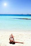 λευκό άμμου κοριτσιών παρ Στοκ Φωτογραφίες