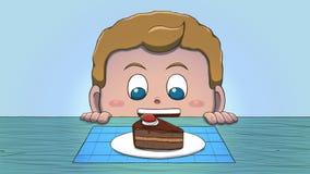Λευκό αγόρι που εξετάζει τη φέτα κέικ Στοκ εικόνες με δικαίωμα ελεύθερης χρήσης