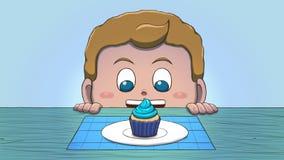 Λευκό αγόρι που εξετάζει Cupcake Στοκ φωτογραφίες με δικαίωμα ελεύθερης χρήσης