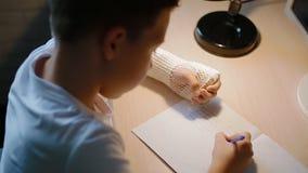 Λευκό αγόρι που κάνει το hometask του φιλμ μικρού μήκους