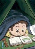 Λευκό αγόρι που κρύβει κάτω από τη γενική ανάγνωση ένα βιβλίο εικόνων Στοκ φωτογραφίες με δικαίωμα ελεύθερης χρήσης