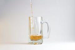 λευκό γυαλιού μπύρας ανασκόπησης Στοκ φωτογραφία με δικαίωμα ελεύθερης χρήσης