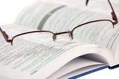 λευκό γυαλιών λεξικών Στοκ εικόνα με δικαίωμα ελεύθερης χρήσης