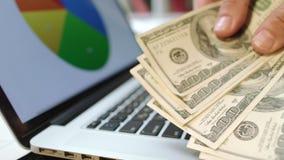 λευκό επιχειρησιακής απομονωμένο έννοια επιτυχίας Άτομο που παρουσιάζει σωρό των τραπεζογραμματίων εκατό δολαρίων φιλμ μικρού μήκους