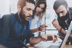 λευκό επιχειρησιακών απομονωμένο έννοια ομάδων Νέοι επαγγελματίες που συζητούν το νέο επιχειρησιακό πρόγραμμα στο σύγχρονο γραφεί Στοκ Εικόνες