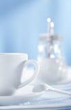λευκό ζάχαρης διανομέων φλυτζανιών Στοκ Φωτογραφίες