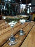 Λευκό ζεύγος κρασιού των φλυτζανιών στοκ εικόνες