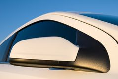 λευκό καθρεφτών αυτοκι& Στοκ φωτογραφίες με δικαίωμα ελεύθερης χρήσης