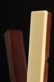 Λευκό και γλυκό σοκολάτας γάλακτος στο μαύρο υπόβαθρο Στοκ φωτογραφία με δικαίωμα ελεύθερης χρήσης