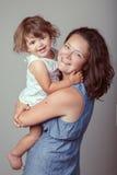 Λευκό καυκάσιο κοριτσάκι μητέρων και κορών που αγκαλιάζει το γέλιο χαμόγελου Στοκ Εικόνα