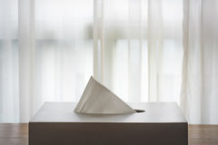 Λευκό κιβωτίων ιστού στα καφετιά ξύλινα πατώματα Στοκ Εικόνες