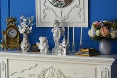 Λευκό κομμό με τον καθρέφτη στο δωμάτιο, σε ένα ρολόι ραφιών, τα αναμνηστικά Στοκ φωτογραφία με δικαίωμα ελεύθερης χρήσης