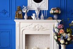 Λευκό κομμό με τον καθρέφτη στο δωμάτιο, σε ένα ρολόι ραφιών, τα αναμνηστικά Στοκ Φωτογραφία