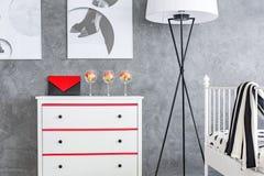 Λευκό κομμό στο γκρίζο δωμάτιο Στοκ εικόνες με δικαίωμα ελεύθερης χρήσης