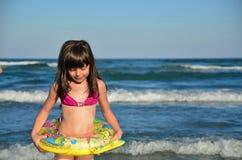 Λευκό κορίτσι με το περιλαίμιο από την τραχιά θάλασσα. Μεγάλα κύματα! Στοκ εικόνες με δικαίωμα ελεύθερης χρήσης