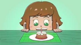 Λευκό κορίτσι που εξετάζει το μίνι κέικ γενεθλίων Στοκ Εικόνα