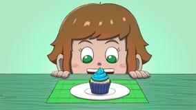 Λευκό κορίτσι που εξετάζει Cupcake Στοκ φωτογραφία με δικαίωμα ελεύθερης χρήσης