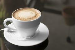 λευκό κουπών καφέ Ένα ευώδες cappuccino Μια ασυνήθιστη βαμμένη φωτογραφία με ένα bokeh Στοκ Εικόνα