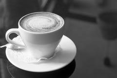 λευκό κουπών καφέ Ένα ευώδες cappuccino Μια ασυνήθιστη βαμμένη φωτογραφία με ένα bokeh Στοκ Φωτογραφία