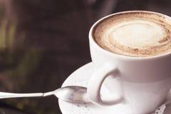 λευκό κουπών καφέ Ένα ευώδες cappuccino Μια ασυνήθιστη βαμμένη φωτογραφία με ένα bokeh Στοκ φωτογραφία με δικαίωμα ελεύθερης χρήσης