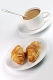 λευκό κουπών καφέ croissants Στοκ φωτογραφία με δικαίωμα ελεύθερης χρήσης