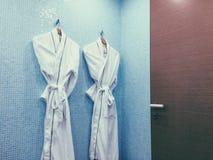 Λευκό μπουρνουζιών σε ένα λουτρό ξενοδοχείων Στοκ εικόνες με δικαίωμα ελεύθερης χρήσης