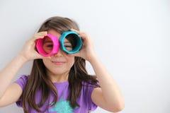 Λευκό νέο κορίτσι με τα ασυνήθιστα γυαλιά Στοκ Εικόνες