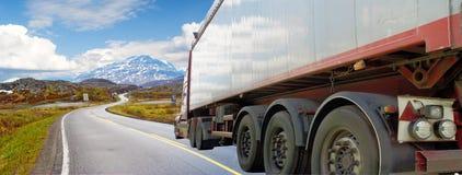 λευκό οδικών truck βουνών Στοκ Εικόνα