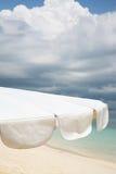 λευκό ομπρελών παραλιών Στοκ εικόνα με δικαίωμα ελεύθερης χρήσης