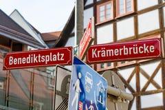 Λευκό οδικών σημαδιών σε Kraemerbreucke στην Ερφούρτη Στοκ φωτογραφία με δικαίωμα ελεύθερης χρήσης