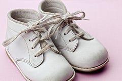 λευκό παπουτσιών μωρών Στοκ Εικόνες