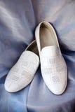Λευκό παπουτσιών ο νεόνυμφος σε μια τρύπα στις κουρτίνες Στοκ Εικόνες