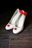 Λευκό παπουτσιών παράνυμφων με τα κόκκινα σκουλαρίκια και το βραχιόλι Στοκ Φωτογραφία
