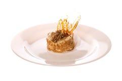 λευκό πιάτων καρυδιών κέι&kappa Στοκ φωτογραφία με δικαίωμα ελεύθερης χρήσης