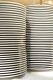 λευκό πιάτων σωρών κουζινώ Στοκ φωτογραφία με δικαίωμα ελεύθερης χρήσης