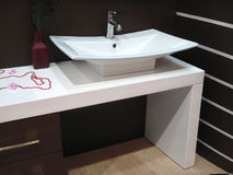 λευκό πορσελάνης washstand Στοκ φωτογραφία με δικαίωμα ελεύθερης χρήσης