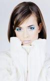 λευκό πουλόβερ κοριτσ&iot Στοκ Εικόνα