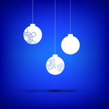 Λευκό σφαιρών Χριστουγέννων στο μπλε Στοκ φωτογραφίες με δικαίωμα ελεύθερης χρήσης