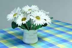λευκό τεχνητών λουλου&del Στοκ εικόνες με δικαίωμα ελεύθερης χρήσης