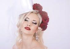 λευκό τριαντάφυλλων κοριτσιών φορεμάτων Στοκ φωτογραφία με δικαίωμα ελεύθερης χρήσης